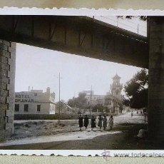 Fotografía antigua: FOTO, FOTOGRAFIA, PUENTE DEL TREN, HOTEL VORAMAR, BENICASIM, CASTELLON, 6 X 8 CM. Lote 23887298