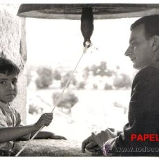 Fotografía antigua: FOTO PABLITO CALVO Y EL DIRECTOR LADISLAO VAJDA EN UN DESCANSO DE MARCELINO PAN Y VINO AÑO 1955 . Lote 26501562