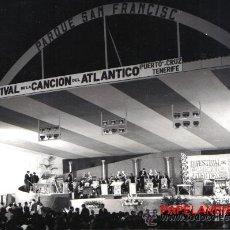 Fotografía antigua: PUERTO DE LA CRUZ, TENERIFE, PARQUE SAN FRANCISCO, DESCANSO EN III FESTIVAL DEL ATLANTICO AÑO 1968. Lote 26501573