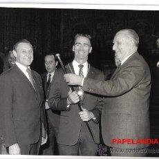 Fotografía antigua: ENTREGA POR EL ALCALDE DE BARCELONA SR. PORCIOLES DEL BASTON DE LA CIUDAD A UN PARTICIPANTE ......... Lote 26540790