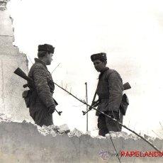 Fotografía antigua: FOTOGRAFIA HISTORICA: COMIENZO LEVANTAMIENTO MURO DE BERLIN, AÑOS 60, FOTO E.VERDUGO DIARIO PUEBLO. Lote 26540807