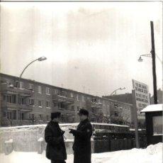 Fotografía antigua: FOTOGRAFIA HISTORICA: COMIENZO LEVANTAMIENTO MURO BERLIN, AÑOS 60,. FOTO E.VERDUGO DIARIO PUEBLO. Lote 26965239