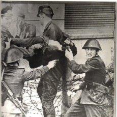 Fotografía antigua: FOTOGRAFIA HISTORICA: MURO BERLIN, SOLDADOS Y POLICIA RESCATANDO AL PRIMER MUERTO QUE INTENTO CRUZAR. Lote 26575020