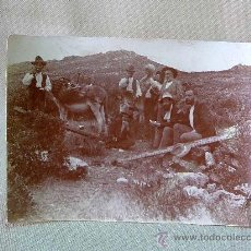 Fotografía antigua: FOTO, FOTOGRAFIA, HOMBRES EN EL CAMPO, 11 X 8 CM, CON EL BURRO. Lote 25787582