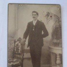 Fotografía antigua: HOMBRE DE BIGOTES. MUSTACHED MAN. MOUSTACHU HOMME. 1910 - CARTON DURO. HARD CARDBOARD. Lote 27393999
