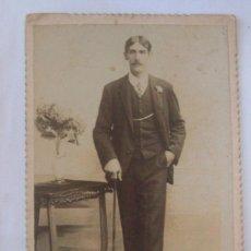 Fotografía antigua: 1908 HOMBRE DE BASTON. STICK MAN. CARTON DURO. HARD CARDBOARD. Lote 27460587