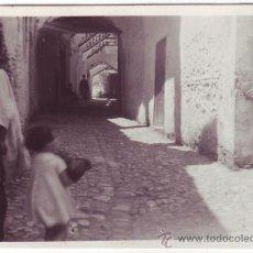 Fotografía antigua: TETUÁN (PROTECTORADO ESPAÑOL EN MARRUECOS): UNA CALLE (1934). Lote 26162479