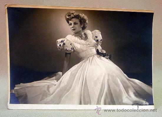 Una mujer con vestido blanco