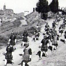 Fotografía antigua: SEMANA SANTA EN HIJAR (TERUEL) 1955 ALABARDEROS EN PROCESION. Lote 26774290