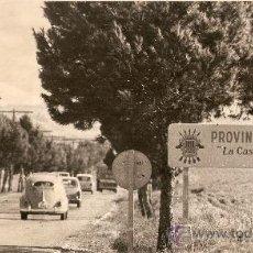 Fotografía antigua: FOTOGRAFIA ORIGINAL LIMITE PROVINCIA DE ALBACETE-ALICANTE POR CARRETERA AÑOS 60´S. Lote 27158674