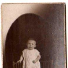 Fotografía antigua: ANTIGUA FOTO POSTAL BEBE. CARTÓN DURO.. Lote 27726452