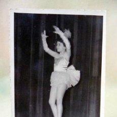 Fotografía antigua: FOTOGRAFIA, FOTO ESTUDIO, BAILARINA, 14 X 9 CM, FOTO LARA, 1953. Lote 28623649
