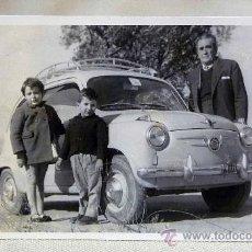 Fotografía antigua: ANTIGUA FOTO, FOTOGRAFIA FAMILIA, SEAT 600, NIÑOS, MEDIDAS: 13.5X8.5 CM. Lote 28827105