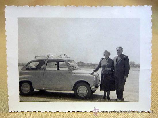 ANTIGUA FOTO, FOTOGRAFIA FAMILIA, SEAT 600, PAREJA, 1960, PUERTO DE BENICARLO, MEDIDAS: 9.5X7 CM (Fotografía Antigua - Fotomecánica)
