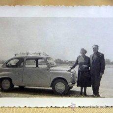 Fotografía antigua: ANTIGUA FOTO, FOTOGRAFIA FAMILIA, SEAT 600, PAREJA, 1960, PUERTO DE BENICARLO, MEDIDAS: 9.5X7 CM. Lote 28827116