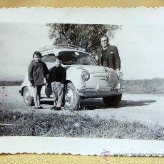 Fotografía antigua: ANTIGUA FOTO, FOTOGRAFIA FAMILIA, SEAT 600, NIÑOS, 1959, CARRETERA CALICANTO, MEDIDAS: 10X7.5 CM. Lote 28827133