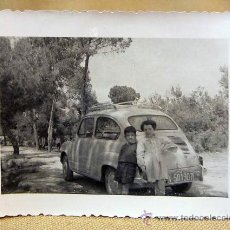 Fotografía antigua: ANTIGUA FOTO, FOTOGRAFIA FAMILIA, SEAT 600, NIÑOS, 1960, CAMINO DEL SALER, VALENCIA, MEDIDAS: 10X7.5. Lote 28827145
