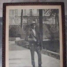 Fotografía antigua: FOTOGRAFIA DEL REY DON ALFONSO XIII EN LOS JARDINES DEL ALCAZAR DE SEVILLA CUADRO-037. Lote 29289905