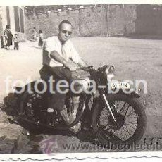 Fotografía antigua: FOTOGRAFIA ORIGINAL MOTOCICLETA NORTON MATRICULA GERONA - AÑO 1952 - 9 X 6 CM. Lote 30109558