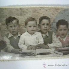 Fotografía antigua: FOTO ANTIGUA DE COLEGIO - AÑOS 50 - DE ESTUDIO CON FONDO MAPA DE ESPAÑA - CORDOBA. Lote 30716395