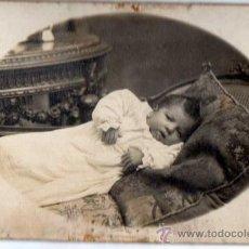 Fotografía antigua: FOTO ANTIGUA BEBE. MEDIDAS 9 X 14 CM. APROX. CARTÓN DURO.FOTÓGRAFO ROVIRA. BARCELONA.. Lote 30955474
