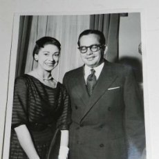 Fotografía antigua: ANTIGUA FOTOGRAFIA DE PRENSA DE MARGOT FONTEYN CON SU MARIDO EL DR. ROBERTO ARIAS EN 21-4-59, DANZA,. Lote 31108227