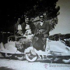 Fotografía antigua: FOTOGRAFIA, FOTO PUERTO, VESPA, VESPAS, 11 X 8 CM. Lote 31861652
