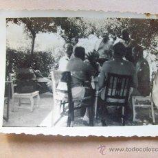 Fotografía antigua: AMIGOS EN LA COLINA, PIRIAPOLIS, MALDONADO 1950. Lote 31855882