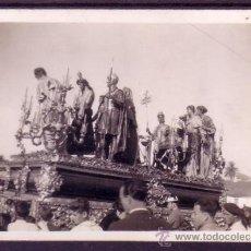 Fotografía antigua: SEMANA SANTA SEVILLA - FOTOGRAFIA DE LA PRESENTACION AL PUEBLO - SAN BENITO - 8,5X6 CM AÑOS 50 . Lote 32683921