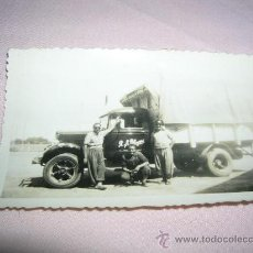 Fotografía antigua: FOTOGRAFIA ANTIGUA CON CAMIONETA. Lote 33056918