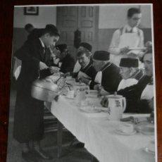 Fotografía antigua: ANTIGUA FOTOGRAFIA DE LA FIESTA EN EL COLEGIO DE LOS ARENEROS DE MADRID, ALUMNOS DANDO DE COMER A LO. Lote 34663149