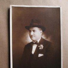 Fotografía antigua: HOMBRE ELEGANTE, ELEGANT MAN, HOMME ÉLÉGANT, URUGUAY FOTO LUZ Y SOMBRA, UNION POSTALE UNIVERSELLE SE. Lote 33519499