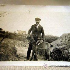 Fotografía antigua: FOTOGRAFIA ANTIGUA, HOMBRE CON BURRO, MONTE, 1940S. Lote 33814214