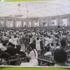 Fotografía antigua: BARCELONA. SARDANAS SIN IDENTIFICAR. JULIO 1945. FOTO BRANGULI. 23 X 16 CMS. . Lote 33823416