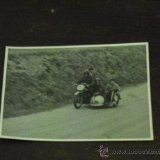 Fotografía antigua: FOTO MOTO CARRERAS CON SIDECAR. Lote 34052673