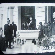 Fotografía antigua: 1931-REINA VICTORIA EUGENIA EN EL EXILIO.HOTEL SAVOY DE FONTAINEBLEAU DE FRANCIA .GRANDE 25X20 CM. Lote 34312347