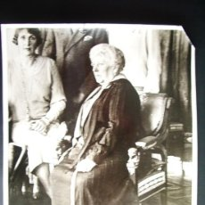 Fotografía antigua: 1929-PRINCESA BEATRIZ CON SU HIJA LA REINA DE ESPAÑA VICTORIA EUGENIA .GRANDE 25X20 CM. Lote 34313003