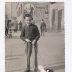 Fotografía antigua: FOTO DE NIÑO CON PERRO Y ANUNCIO DE CHAMPAÑA NOYET DETRAS. Lote 34450536