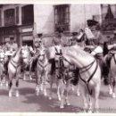 Fotografía antigua: SEMANA SANTA SEVILLA - FOTOGRAFIA DE SERRANO DE 24X18 - BANDA POLICIA NACIONAL MONTADA - AÑOS 70/80. Lote 34990401
