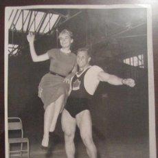Fotografía antigua: FOTOGRAFÍA ANTIGUA, ORIGINAL DE ÉPOCA. MICHEL LIPARI SUJETA A SANDRA SHEFFIELD. 1958. DEPORTE. ATLET. Lote 35588297