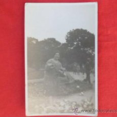 Fotografía antigua: FOTOGRAFIA POSTAL MUJER DANDO DE COMER A LAS PALOMAS, SE VE BORROSA S/C Z-148. Lote 36160006