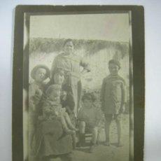 Fotografía antigua: CURIOSA FOTOGRAFIA DE FAMILIA CAMPESINA DE LOS AÑOS 20-30 - CON ROPA DE EPOCA . Lote 36572239