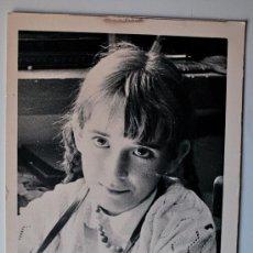 Fotografía antigua: FOTOGRAFÍA ANTIGUA. NIÑA MIRANDO FIJAMENTE A LA CAMARA . Lote 37457959
