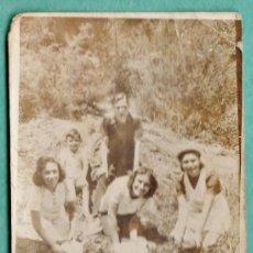 Fotografía antigua: FOTOGRAFIA - ++¿LA RECONOCE? ++ - LAVANDO PLATOS EN EL RIO - SIN + DATOS - AÑOS 30 /40. Lote 37842435