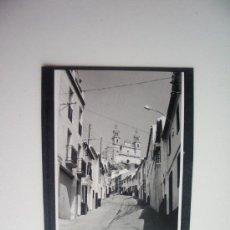 Fotografía antigua: 1957-CALLE GENERAL VARELA. OLVERA. CADIZ. FOTOGRAFÍA ORIGINAL. Lote 37916829