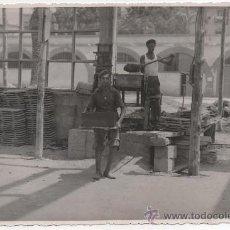 Fotografía antigua: SEVILLA, AÑOS 40, OBREROS DE LA CONSTRUCCION ,PRECIOSA FOTOGRAFIA 175X115MM. Lote 38317948