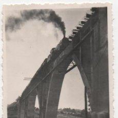 Fotografía antigua: VILLANUEVA DEL RIO Y MINAS, 1947, TREN EN EL PUENTE SOBRE EL RIO HUEZNAR, LINEA SEVILLA-MERIDA,87X60. Lote 38330316
