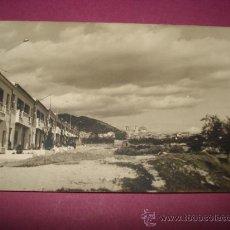 Fotografía antigua: ANTIGUA FOTOGRAFIA DE IBI .CASAS DEL BARRIO SAN MIGUEL CON IGLESIA AL FONDO DEL AÑO 1964. Lote 38532630