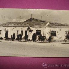 Fotografía antigua: ANTIGUA FOTOGRAFIA DEL EDIFICO CASA CLINICA MEDICO TITULAR DEL AYUNTAMIENTO DE IBI EN EL AÑO 1960S.. Lote 38677700