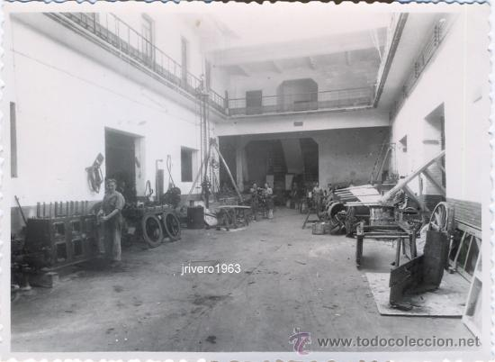 SEVILLA, AÑOS 50, UNA HERRERIA, FOT.SERRANO,PRECIOSA,116X88MM (Fotografía Antigua - Fotomecánica)